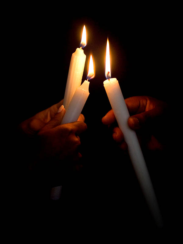 Lighting a candle to the memory of children who have passed away.(© All Rights Reserved)